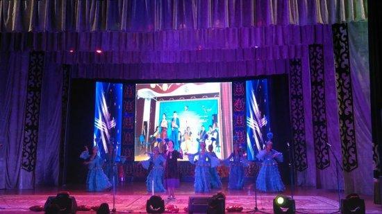 """""""Жамбылым қандай тамаша!"""" атты Жамбыл облысының 80 жылдығы аясында аудандық өнер фестивалінің гала концерті өтті."""